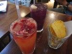 手前がブラッドオレンジ&ソーダ、上にはビートルートのピューレ。奥の紫がザクロとライチのジュース。そしてプランタンのチップス